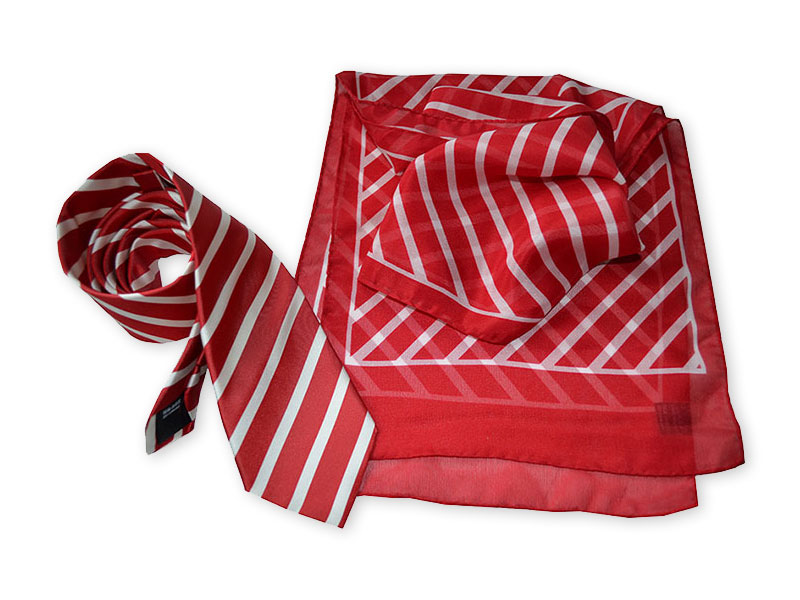 Klassische gestreifte Seidenkrawatte mit passend bedrucktem Schal