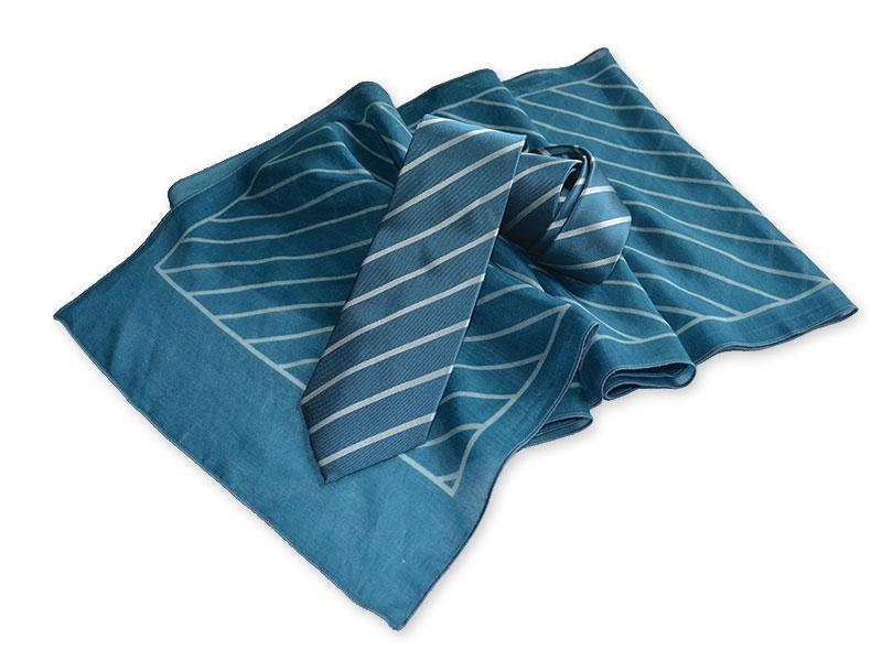 Klassische Streifenkrawatte aus Seide mit passend bedrucktem Schal