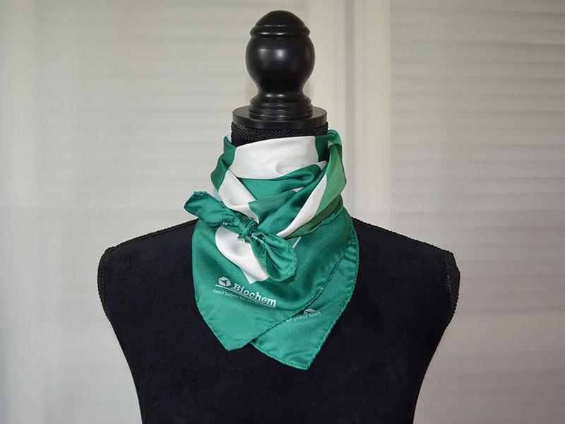 Tücher und Schals dekorativ binden
