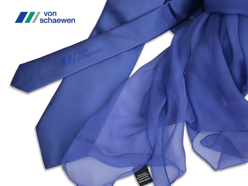 Schals und Krawatten in Firmenfarbe Von Schaewen