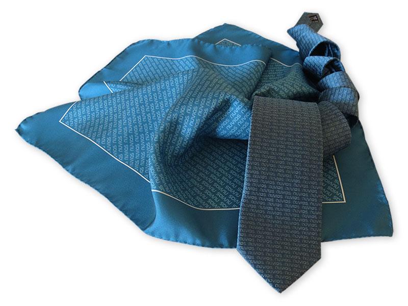 4fcda51ac99ae Individuelle Firmenkrawatten mit passend bedruckten Tüchern aus  italienischer Seide