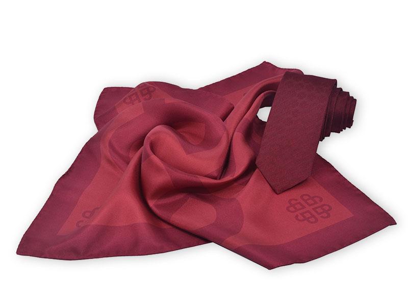 Krawatten mit Logo im Muster und passende Seidenhalstücher,